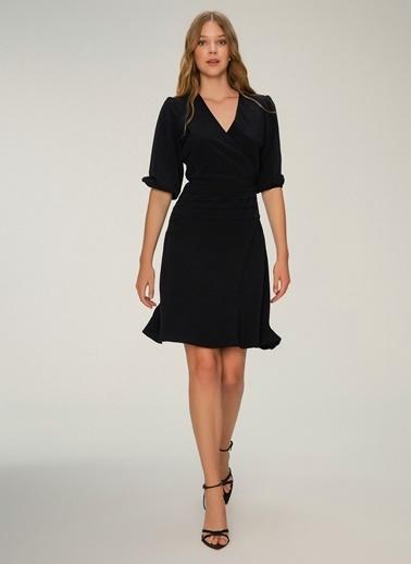 NGSTYLE Kruvaze Yakalı Büzgü Detaylı Elbise Siyah